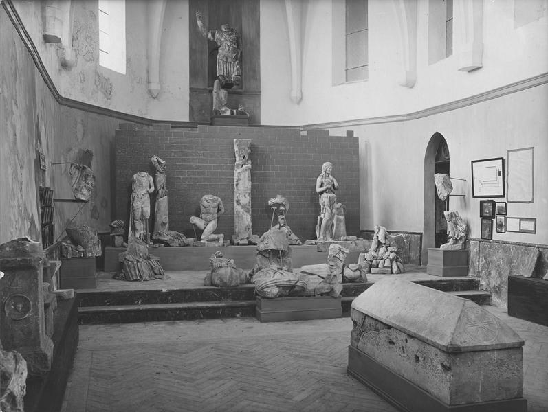 quatorze statues : des fragments de statue, vue d'ensemble