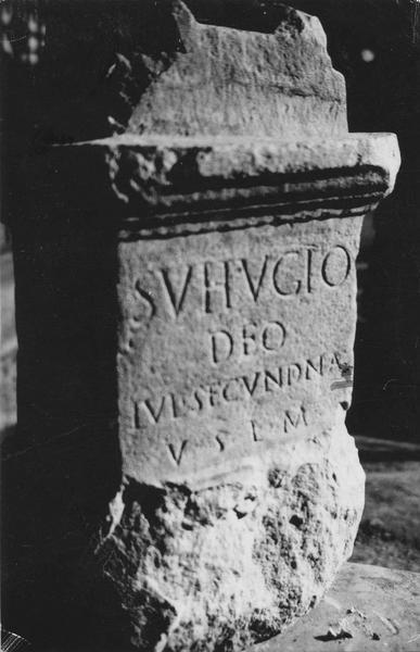 Autel (autel votif) au dieu Sutugius, avec détail de l'inscription