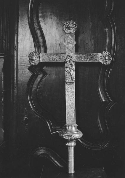 croix de procession : Vierge à l'enfant au milieu de la croix