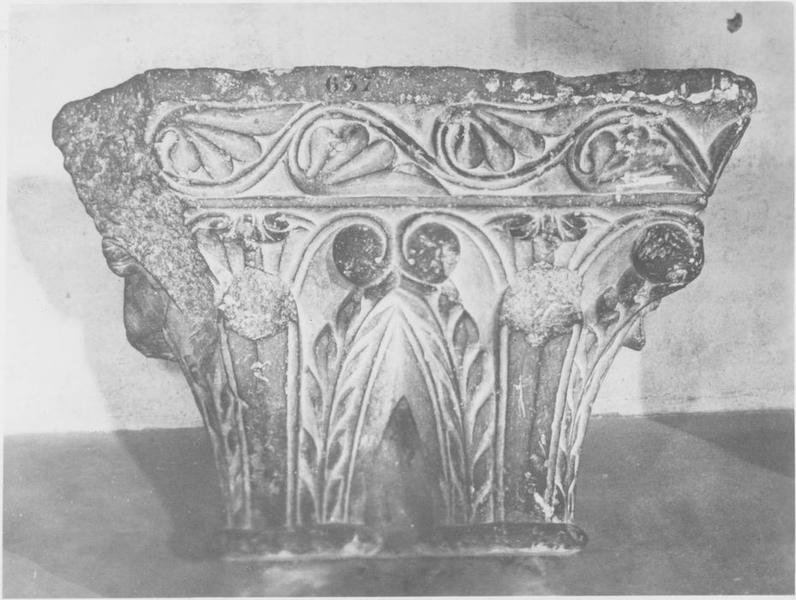 Double chapiteau sculpté n°637, vue générale