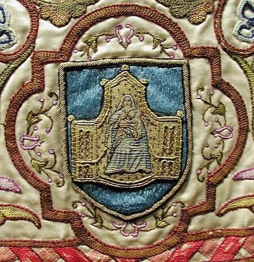chape diocésaine (ornement blanc) de Mgr de Cabrières. Détail d'armoiries.