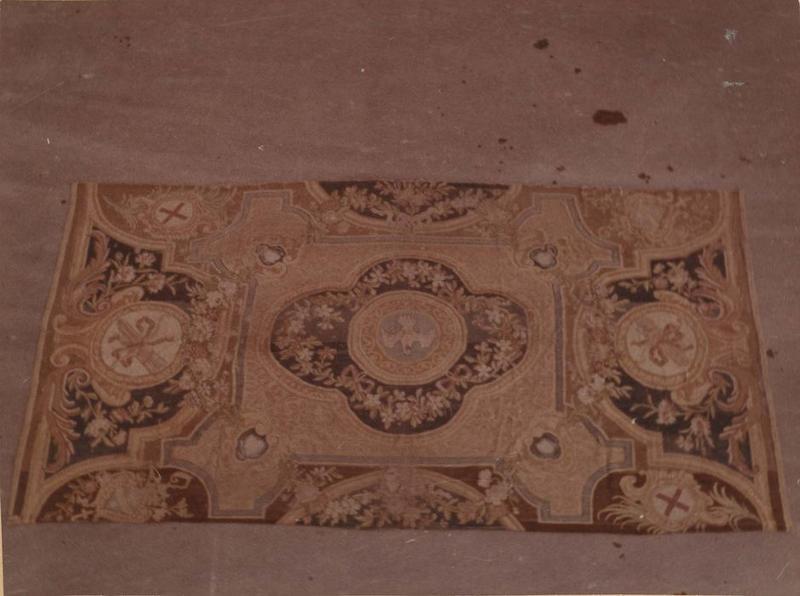 tapis de sol : Feuillage et guirlandes de fleurs, Colombe du Saint-Esprit (la)