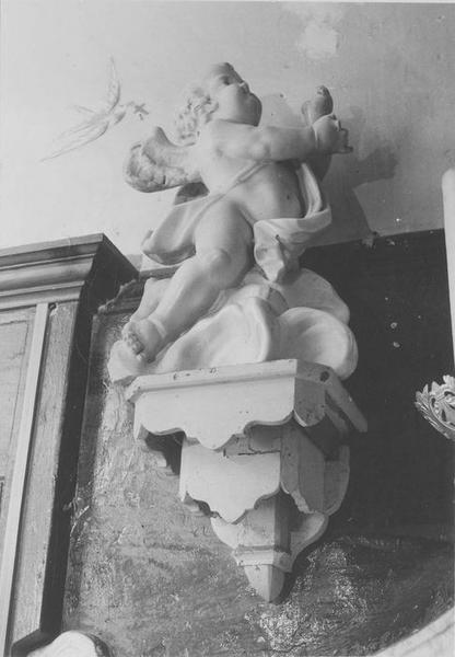 statue : angelot sur des nuages, vue générale