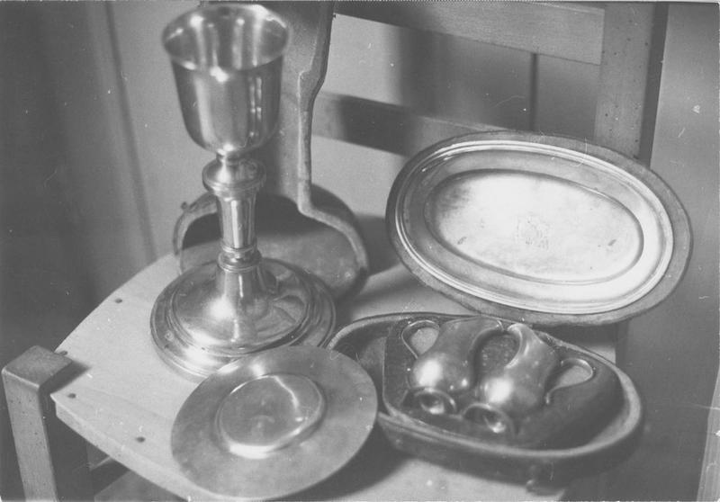 calice, patène, burettes, plateau à burettes, étui (chapelle), vue générale