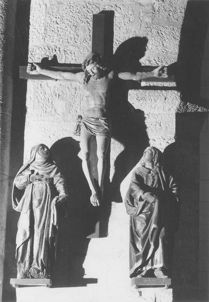 groupe sculpté : Christ entre la Vierge et saint Jean (le), vue générale
