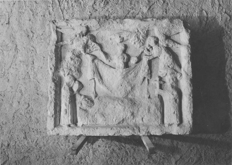 dalle funéraire, bas-relief : Mort d'un personnage, vue générale