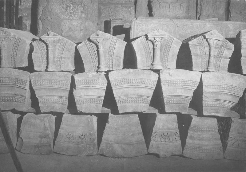 13 claveaux, 5 sculptures (sommier)