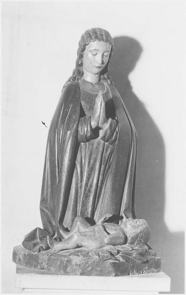 Bas-relief: évanouissement de la Vierge en présence de deux saintes femmes et de saint Jean, vue générale
