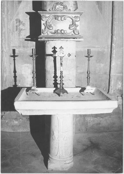 Table d'autel, croix d'autel, chandeliers, vue générale