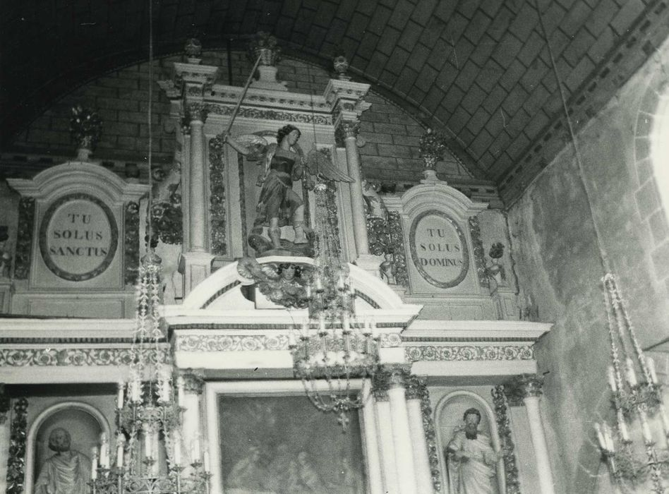 autel (maître-autel), son retable, ses trois statues : Saint Michel, Saint Pierre, Saint Paul et son tableau : Présentation au temple, vue partielle