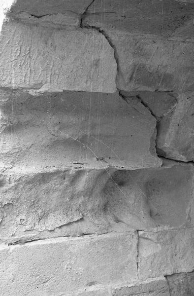 Tour Saint-Nazaire : rez-de-chaussée, détail d'un mur fissuré
