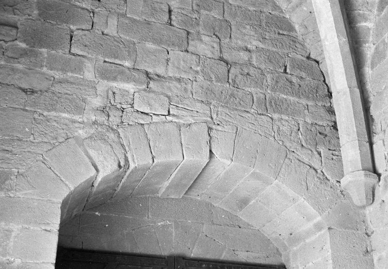 Tour Saint-Nazaire, intérieur : rez-de-chaussée, détail d'un arc en anse de panier et d'une retombée de voûte avec cul-de-lampe