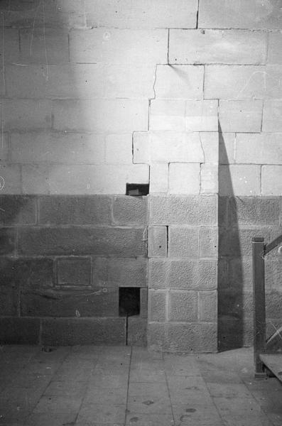 Tour Saint-Nazaire, intérieur :  deuxième étage, détail d'un mur