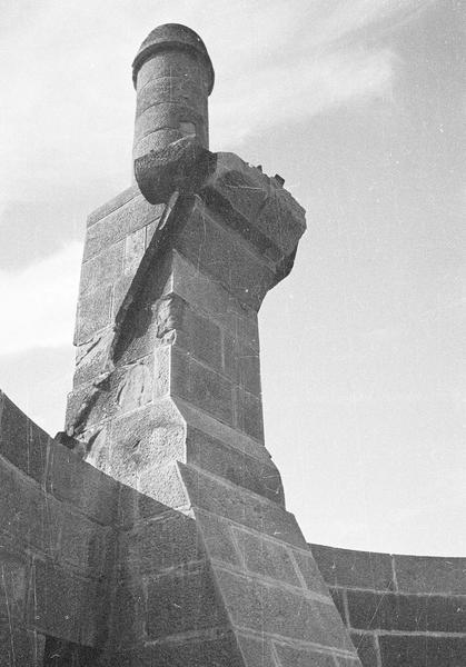 Tour de l'Inquisition : cheminée après l'incendie ayant détruit le couronnement de la tour