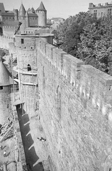 Tour de l'Inquisition avec échafaudages, tour de la Justice et remparts depuis la tour Carrée de l'Evêque