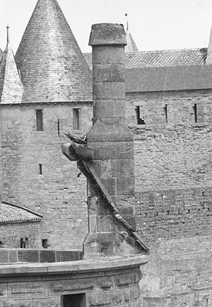 Tour de l'Inquisition : cheminée après l'incendie ayant détruit le couronnement de la tour et tour de la Justice en arrière-plan