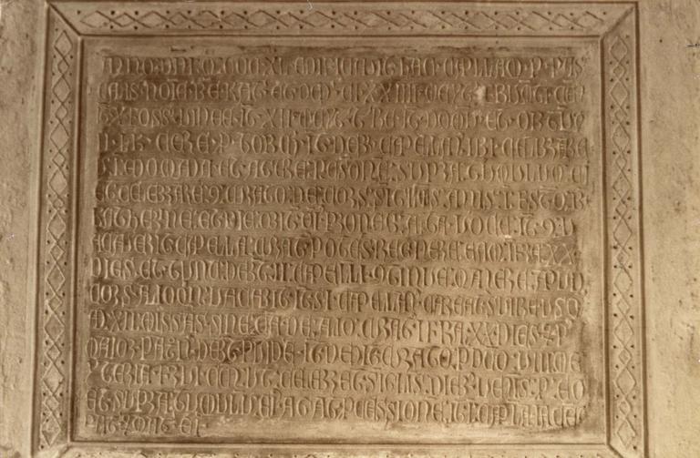 Plaque commémorative de fondation de chapelle, 1340