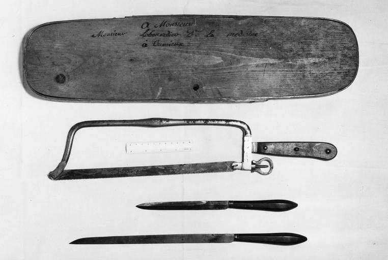 3 instruments de chirurgie pour l'amputation