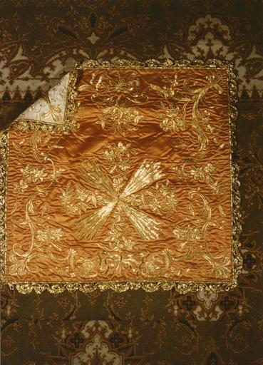ornement réversible blanc et rouge : chape, chasuble, étole, manipule, bourse, 2 pales, voile de calice, grémial