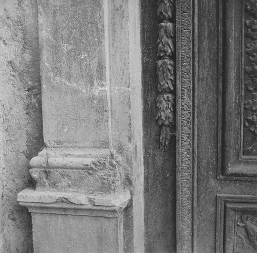 Porte d'entrée, base côté gauche