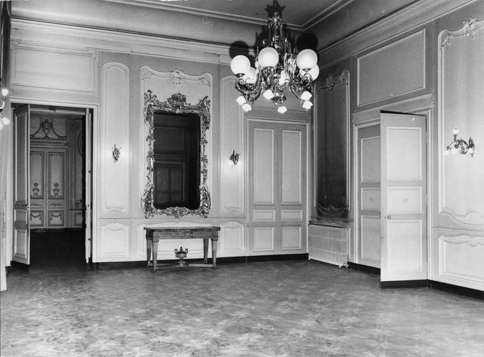 Ancienne antichambre appelé salon grec, lambris de revêtement peints, parquet mosaïqué, glace avec cadre doré et sculpté