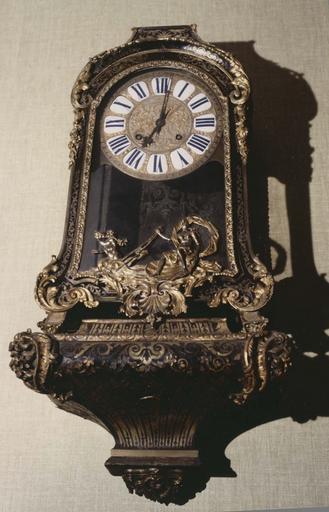 Mobilier de la 1ère chambre du tribunal de grande Instance : cartel sur socle, marqueterie de Boulle, bronze doré, époque Régence