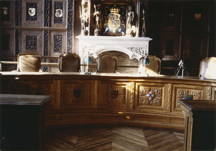 Mobilier de la 1ère chambre du tribunal de grande Instance : table de présidence, dessinée par Daumet, 1890-1897