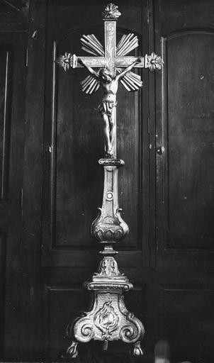 Croix d'autel, bois sculpté et doré
