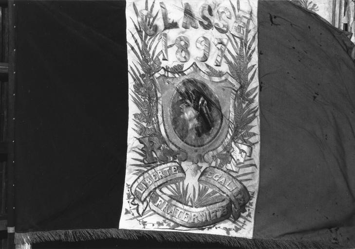 Drapeau de conscrits, tissus assemblés, inscriptions brodées d'or, 1881 à 1943