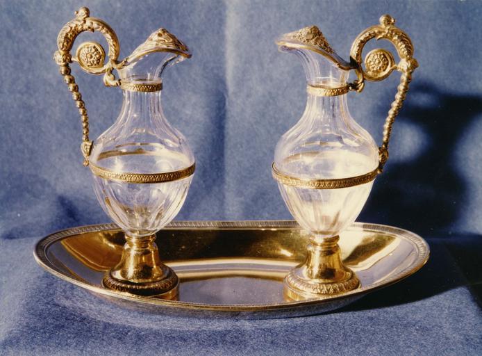 Plateau à burettes, burettes, argent estampé, ciselé, doré et cristal