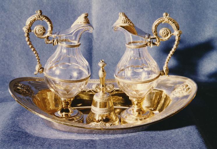 Plateau à burettes, burettes, clochettes, argent estampé, ciselé et doré et cristal