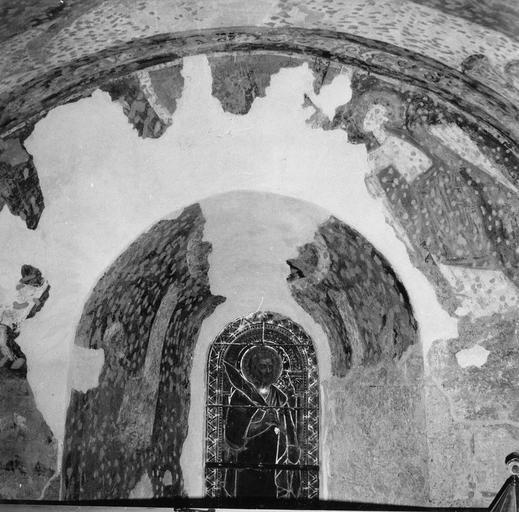 Peinture murale, détail, état après restauration des mortiers, fissures et trous de bûchage