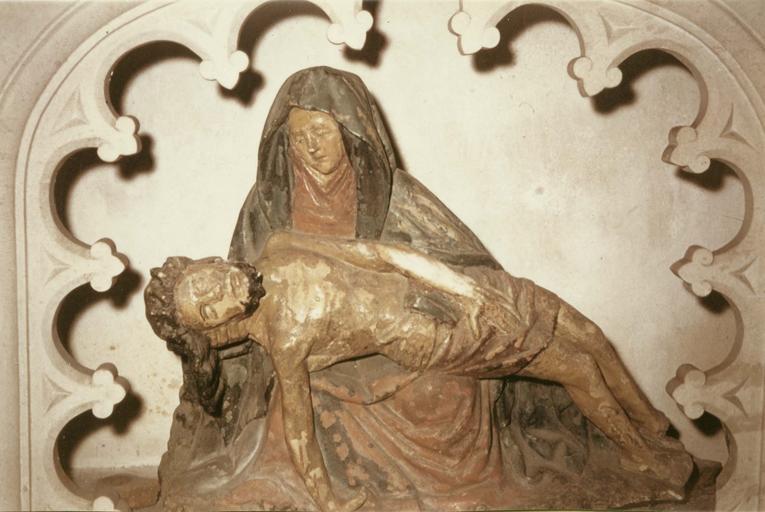Groupe sculpté : Piéta, pierre