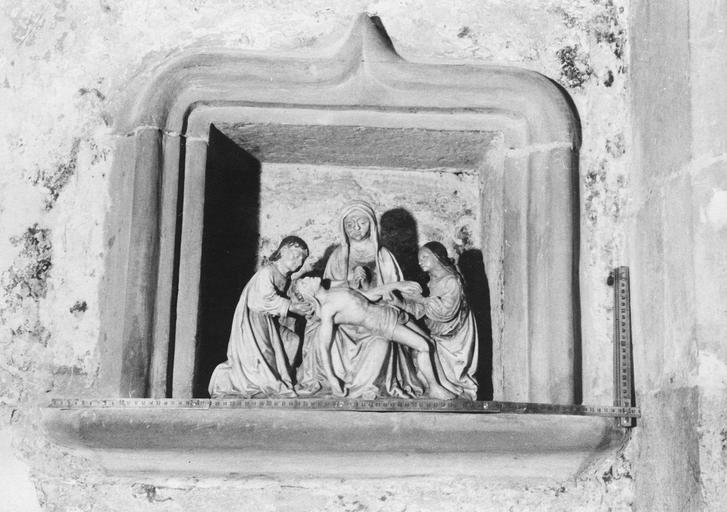Statue : Vierge de Pitié entre saint Jean et une saine femme, marbre polychrome