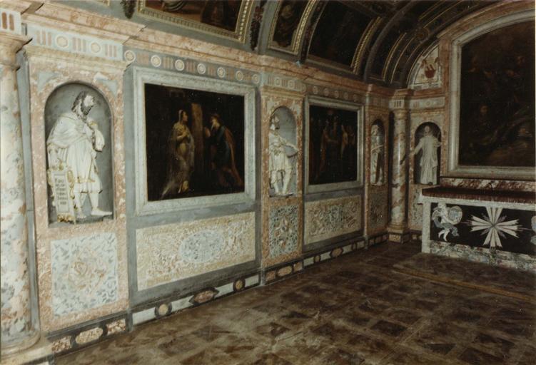 Décor intérieur de la chapelle Saint-Louis, marbre et stuc