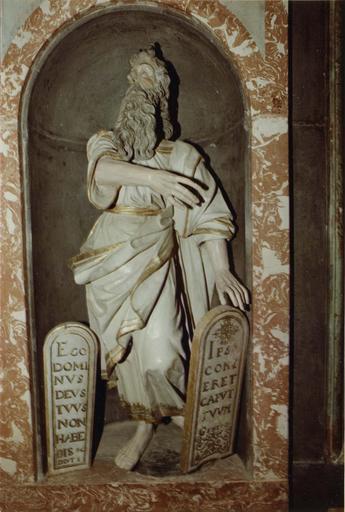 Décor intérieur de la chapelle Saint-Louis, marbre et stuc, statue : Moïse
