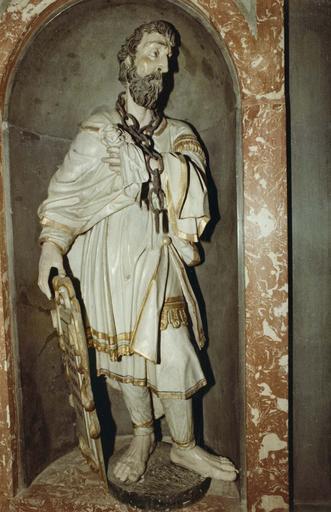 Décor intérieur de la chapelle Saint-Louis, marbre et stuc, statue