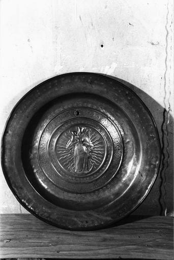 plat de quête à la Vierge à l'Enfant, cuivre repoussé