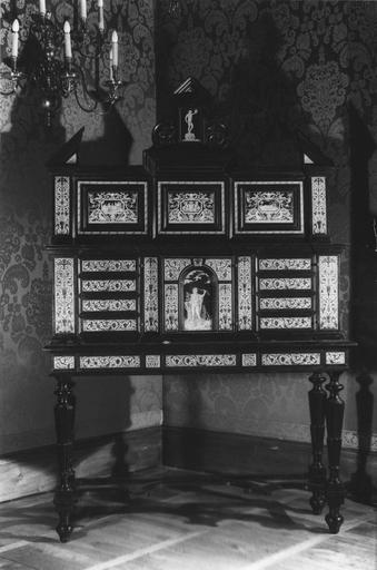 Cabinet, placage d'ébène, incrustations d'ivoire, piètement en bois noirci