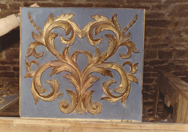 Autel : détail d'un panneau sculpté de rinceaux végétaux, bois taillé, peint, doré ; en cours de restauration