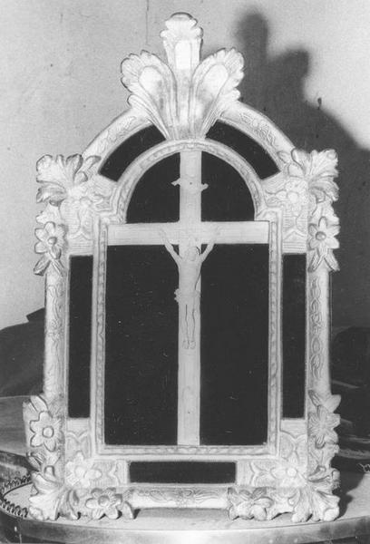 statue, cadre : Christ en croix, vue générale