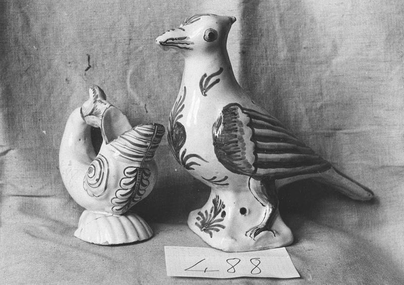objets non identifiés: colombe (perroquet?), dauphin