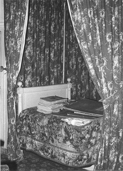 Rideaux de fenêtre, garniture architecturale (papier peint), lit d'alcôve, vue générale