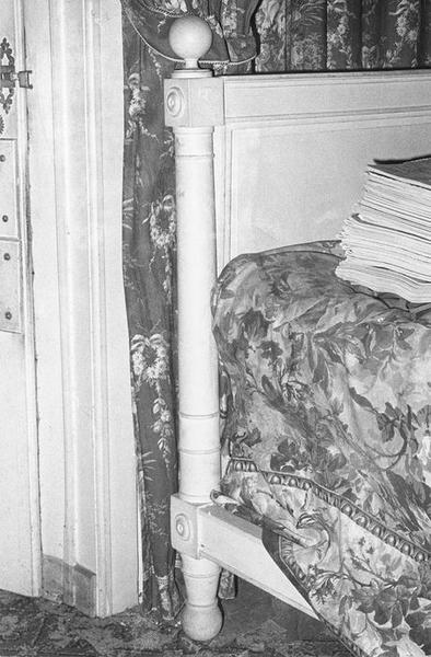 Rideaux de fenêtre, garniture architecturale (papier peint), lit d'alcôve, détail