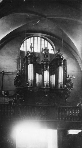 Buffet d'orgue orné d'anges sculptés et de motifs végétaux, bois sculpté