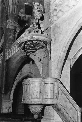 Chaire à prêcher dont le décor reprend le vocabulaire de l'architecture classique, abat-voix sculpté d'une colombe du Saint Esprit et surmonté d'un ange annonciateur en ronde-bosse, bois sculpté, peint, doré