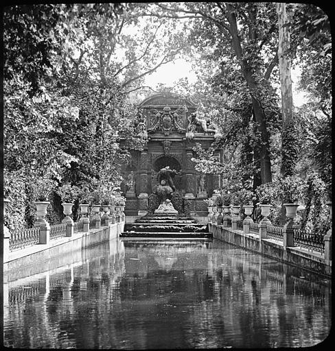 Vue d'ensemble de la fontaine et du bassin