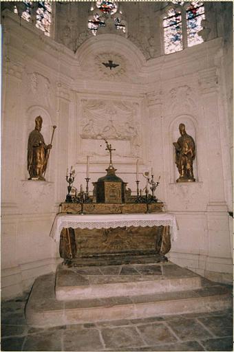 Ensemble du maître-autel : autel, tabernacle, gradin, statues : saint Hilaire et saint Mamert, retable, bas-relief : les Pélerins d'Emmaus