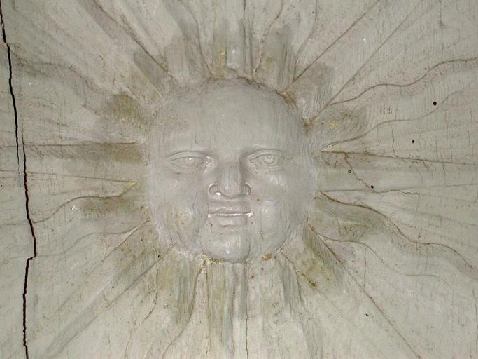 Lambris de revêtement : panneau sculpté d'un soleil