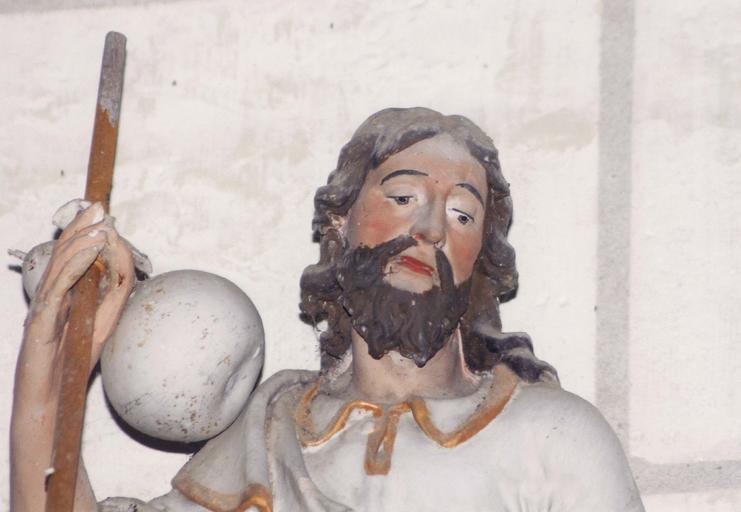 Statue : Saint Jacques, terre cuite, 17e siècle, détail du visage et de la main droite tenant le baton